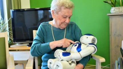 """Robot Zora doet monden openvallen in woonzorgcentrum: """"Het lijkt me onmogelijk, maar ik zie alles toch met mijn eigen ogen"""""""