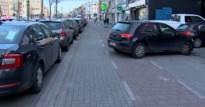 Gevaarlijke situatie voor fietsers door foutparkeerders aan nieuwe supermarkt