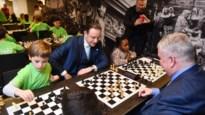 """De Wever ontmoet jong talent op derde Antwerpen Schaakt: """"Bij schaken kan David zonder problemen van Goliath winnen"""""""