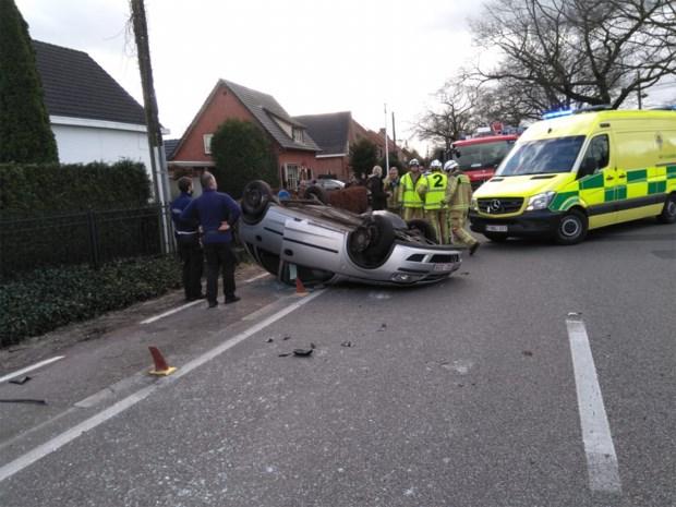 Auto vliegt over de kop op Tilburgseweg in Poppel