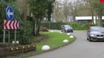 Op dit Vlaamse rondpunt rijd je nog met de klok mee, maar niet voor lang meer