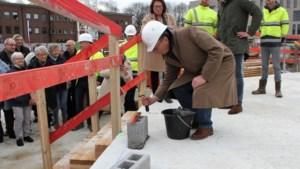 """Burgemeester legt eerste steen nieuwbouwproject Handbogenhof: """"De namen van de gebouwen zijn zo weggeplukt uit het oeuvre van Timmermans"""""""