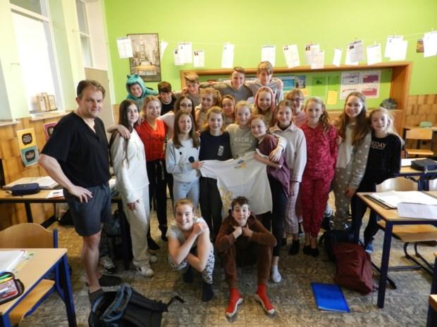 Meneer Kuypers geeft les in pyjama