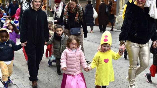 """Basisschool De Ham stapt door de binnenstad: """"Voor de kinderen mag het alle dagen carnaval zijn"""""""