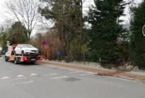 Wagen ramt betonnen muurtje