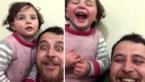Vader en dochtertje (3) gieren van het lachen als er een bom valt