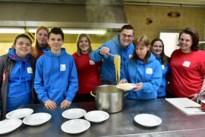 Jongeren Rode Kruis Muizen koken spaghetti om opleidingen te kunnen geven