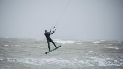 VIDEO. Binnenblijven bij stormweer? Niet voor deze kitesurfers