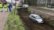Auto duikt diepe greppel in