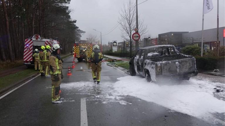 Andere bestuurders verwittigen man voor vlammen in laadruimte: wagen brandt uit