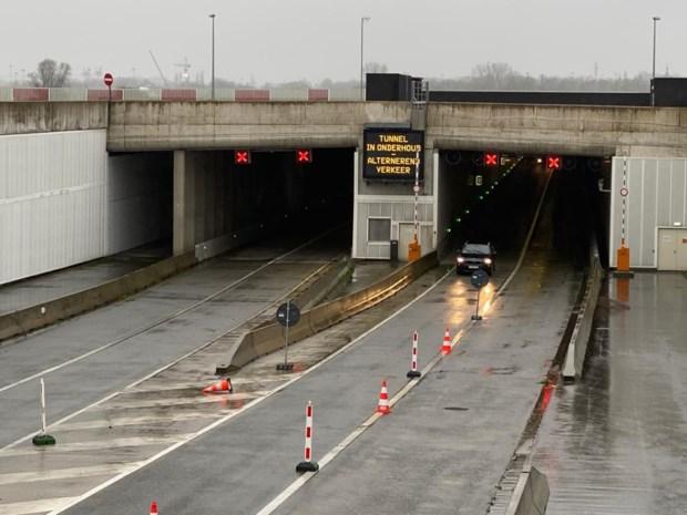 Ellendige file door wateroverlast in Krijgsbaantunnel