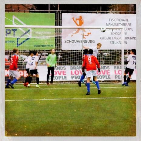 Opmerkelijk: Britse kinderen mogen op voetbaltraining niet meer koppen, wel tijdens wedstrijden