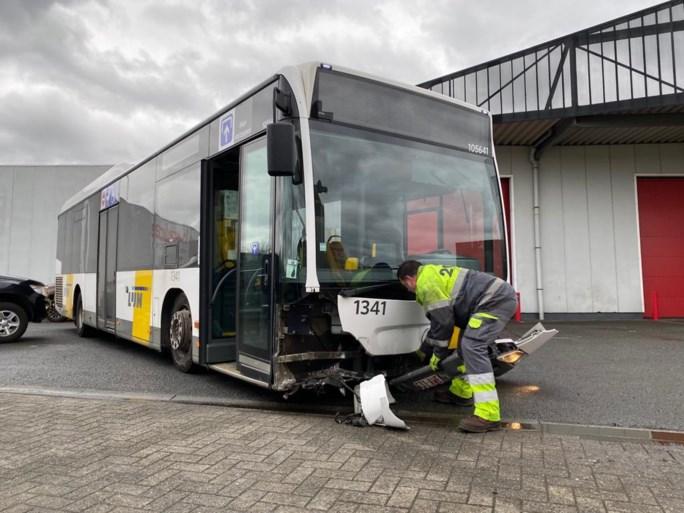 Bus beschadigd nadat chauffeur tegen verkeersremmer rijdt
