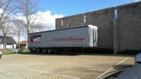 Dieven roven werklampen van geparkeerde trucks