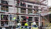 Arbeider valt van stelling en wordt geëvacueerd door klimteam brandweer