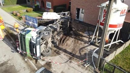 Vrachtwagen met twaalf ton gips kantelt op Westmallebaan