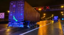 Vrachtwagen verliest trailer net na Kennedytunnel op Antwerpse Ring