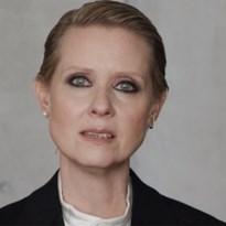 Cynthia Nixon klaagt onrealistische verwachtingen bij vrouwen aan