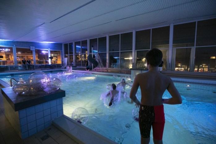Leut en emoties tijdens afscheidsfeest in oud zwembad