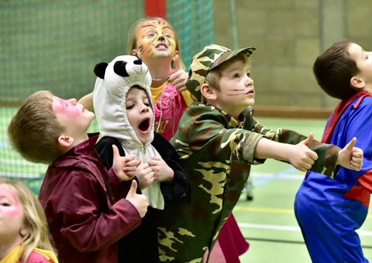 Schattig: kinderen zwaaien krokusvakantie uit met carnavalkamp