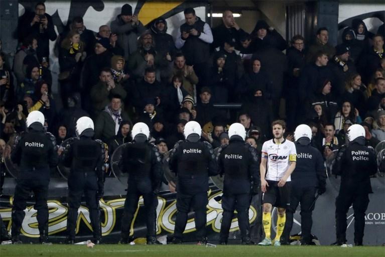 Lokeren-Beerschot even stilgelegd: Lokerse fans gaan over de schreef, politie massaal op het veld