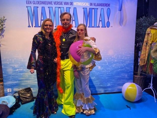 Bart De Wever herbeleeft 70s op Mamma Mia-première in Antwerpen