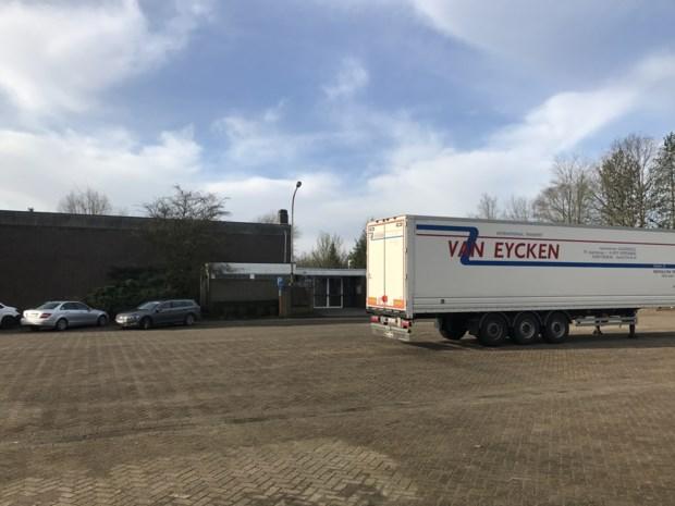 Vrachtwagens kunnen terecht achter kerk