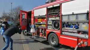 Communicanten komen van ver voor fotoshoot bij brandweer en politie