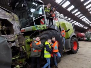 Kinderen leren gevaren in verkeer op boerenbuiten inschatten