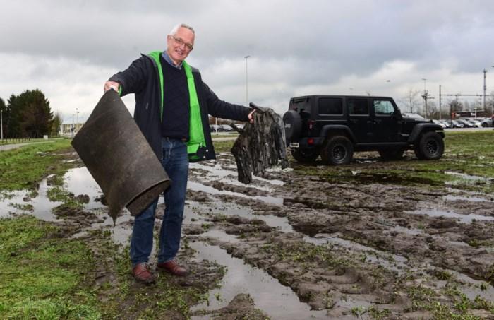 """Reizigers rijden zich vast op  modderparking aan station Noorderkempen: """"Los dit eindelijk op!"""""""