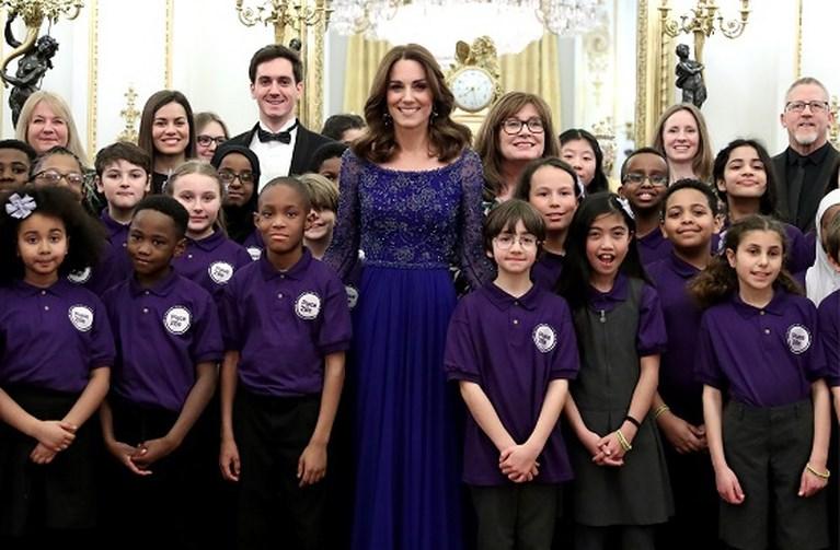 ROYALS. Kate doet alsof er geen vuiltje aan de lucht is en de copycat in Camilla