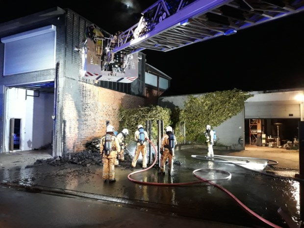 Houtafval vat vuur: muur van aanpalend gebouw houdt stand