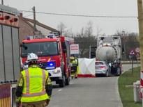 Bestuurder (56) rijdt in op stilstaande vrachtwagen en overlijdt ter plaatse