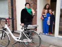 Corona houdt huwelijksfeesten tegen, toekomstige bruid fietst dan maar tot bij alle genodigden om te klinken