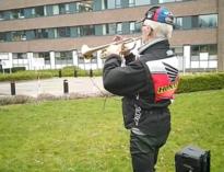 Trompettist ontroert met serenade aan AZ Nikolaas