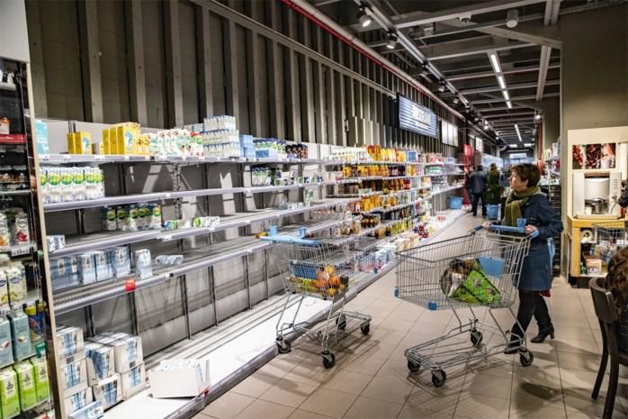 """Vakbonden willen supermarkten vroeger sluiten en dreigen met acties: """"Personeel is uitgeput"""""""