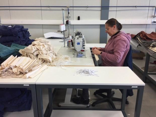 """Maatwerkbedrijf De Brug produceert duizenden mondmaskers: """"Ook voor particulieren die zich ongerust voelen"""""""