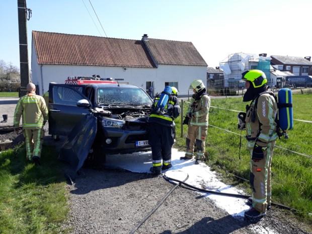 Terreinwagen vat vuur na botsing tegen paal