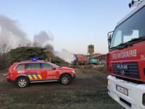 Brandweer blust afvalbrand