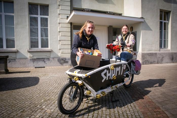 """Scouts leveren voedselpakketten Welzijnsschakel aan huis: """"We helpen onze omgeving graag"""""""