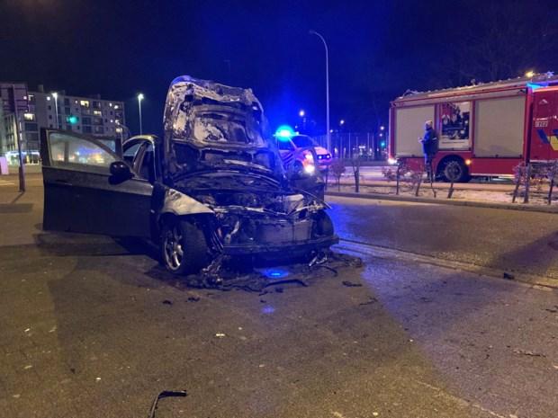Motor BMW brandt volledig uit: vuur snel onder controle