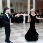 """Beroemde jurk van prinses Diana verdwijnt in de """"diepvriezer"""""""