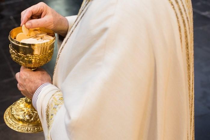 Katholieke kerk neemt maatregelen rond coronavirus: doppen in wijwater uit den boze