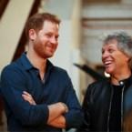 Hier is hij dan: het liedje van prins Harry met Jon Bon Jovi