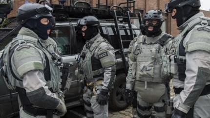 Verwarde man dreigt ontploffing te veroorzaken en wordt ingerekend met hulp speciale eenheden