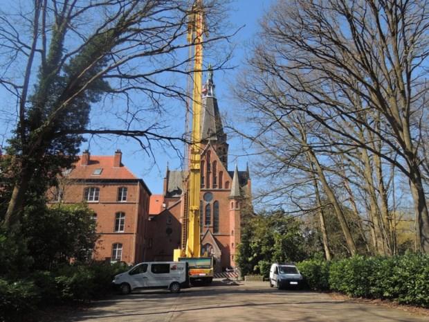 Kraan gaat 52 meter de lucht in voor renovatie torenspits Eucharistisch Hart
