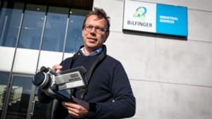 Antwerpse bedrijven halen kasten leeg voor zorg: koorts meten met industriële thermometer