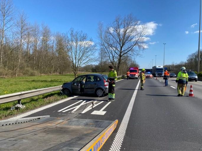 Wagen belandt tegen vangrail na ongeval op E313