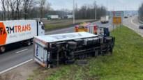 Vrachtwagen kantelt in berm op E19 in Kontich