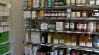 Sociale kruidenier deelt voedingsbonnen supermarkten uit aan de klanten